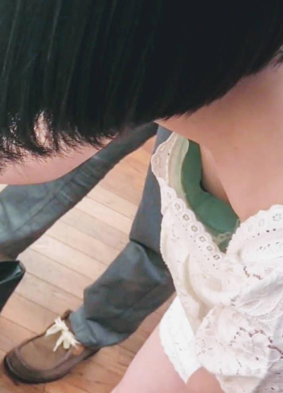 貧乳女子の乳首チラ (6)