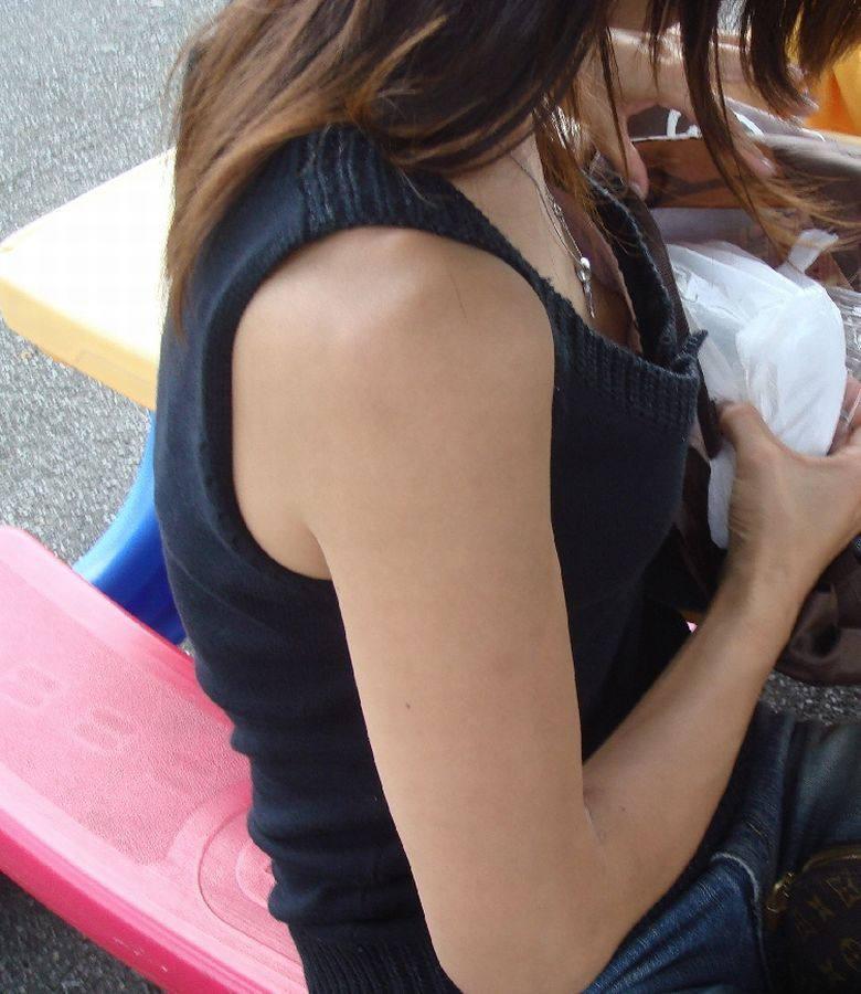 貧乳女子の乳首チラ (13)