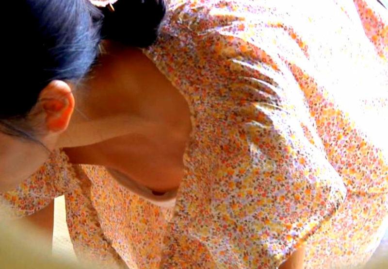 貧乳女子の乳首チラ (2)