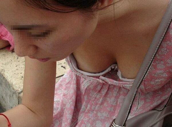 素人娘たちの初々しい胸チラや乳首チラ (12)