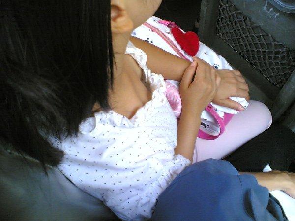 素人娘たちの初々しい胸チラや乳首チラ (6)