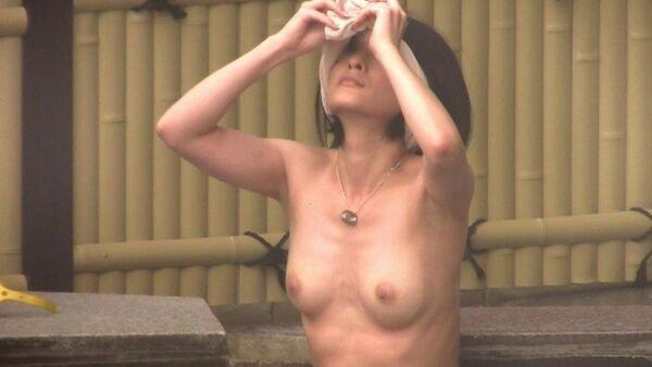 昼間の露天風呂で発見した素人女性 (12)