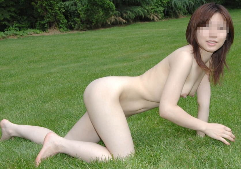 素っ裸で野外露出しちゃう変態女性 (15)