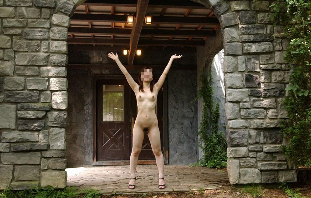 素っ裸で野外露出しちゃう変態女性 (16)
