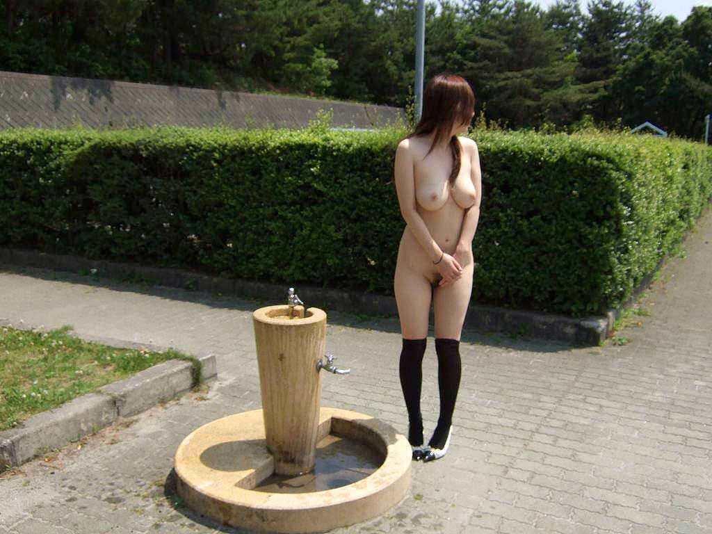 素っ裸で野外露出しちゃう変態女性 (2)