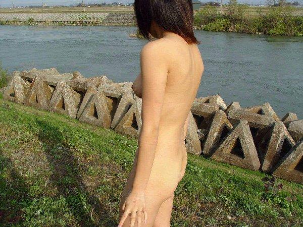 素っ裸で野外露出しちゃう変態女性 (19)
