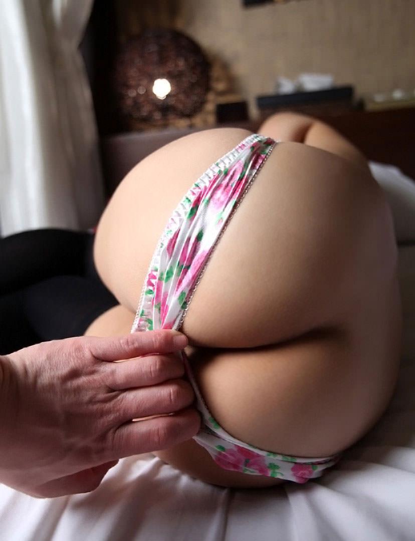 パンツを引きずり下ろされて生尻が露出 (6)