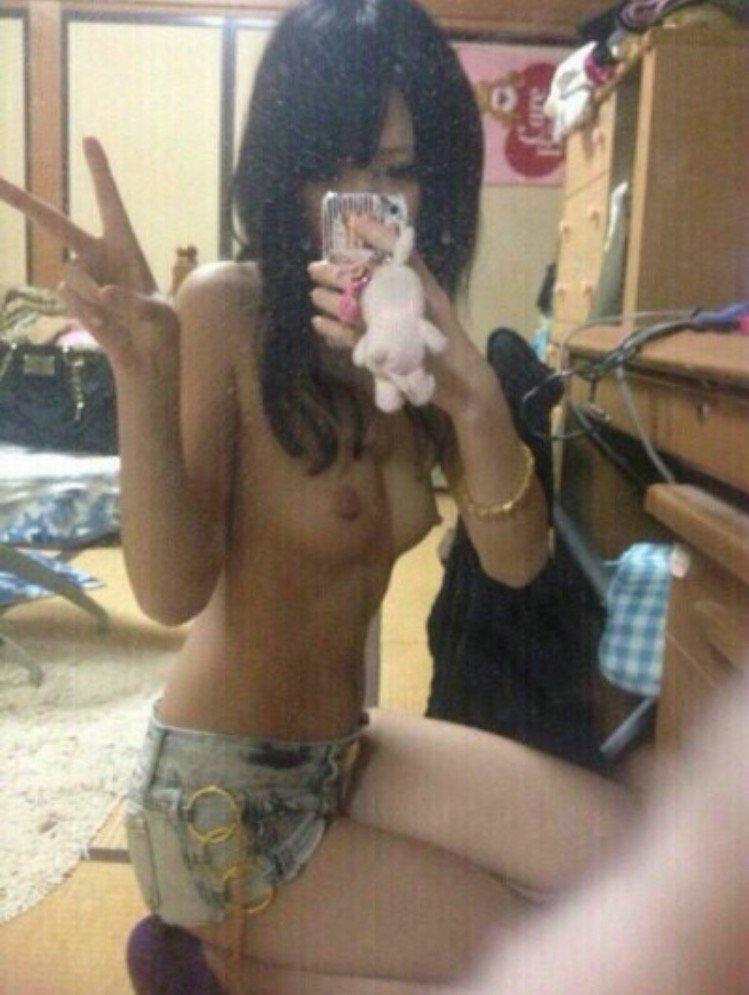 裸になって自撮りする素人女子 (18)