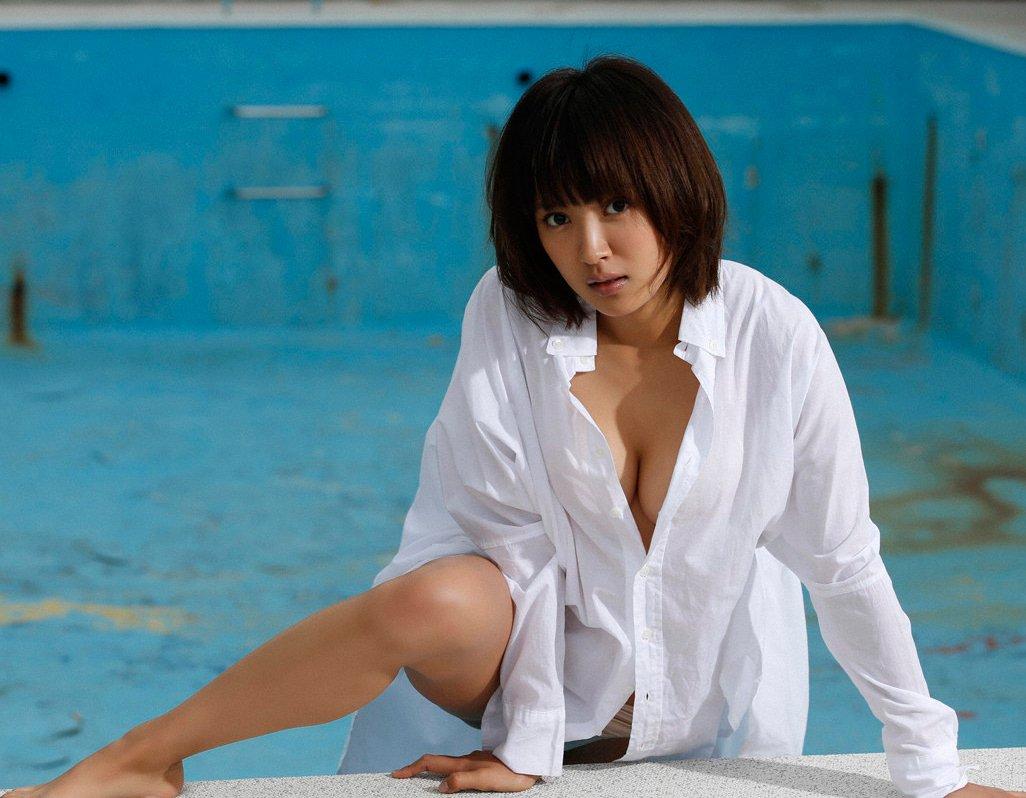 全裸に白いワイシャツを着てオッパイ見えそう (7)