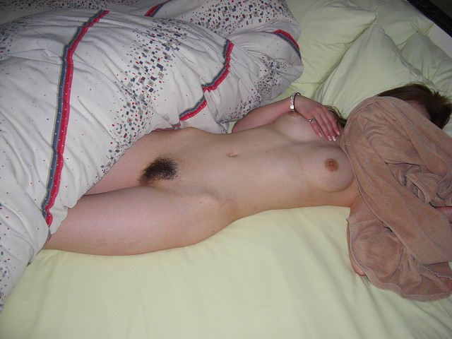 顔は隠してヌードを撮影される彼女 (13)