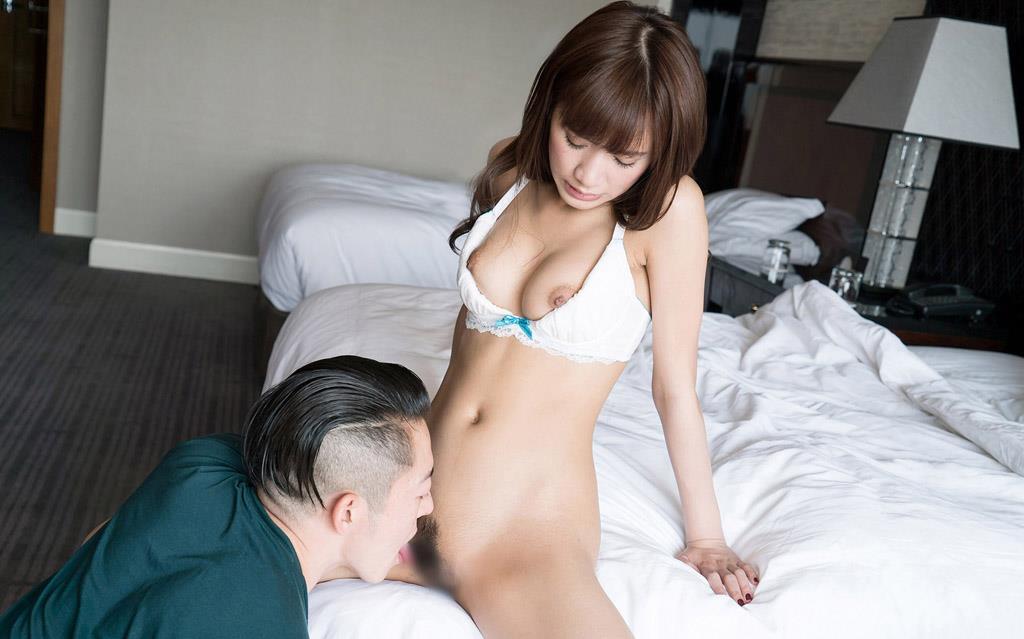 股間を男に舐められまくる女性 (9)