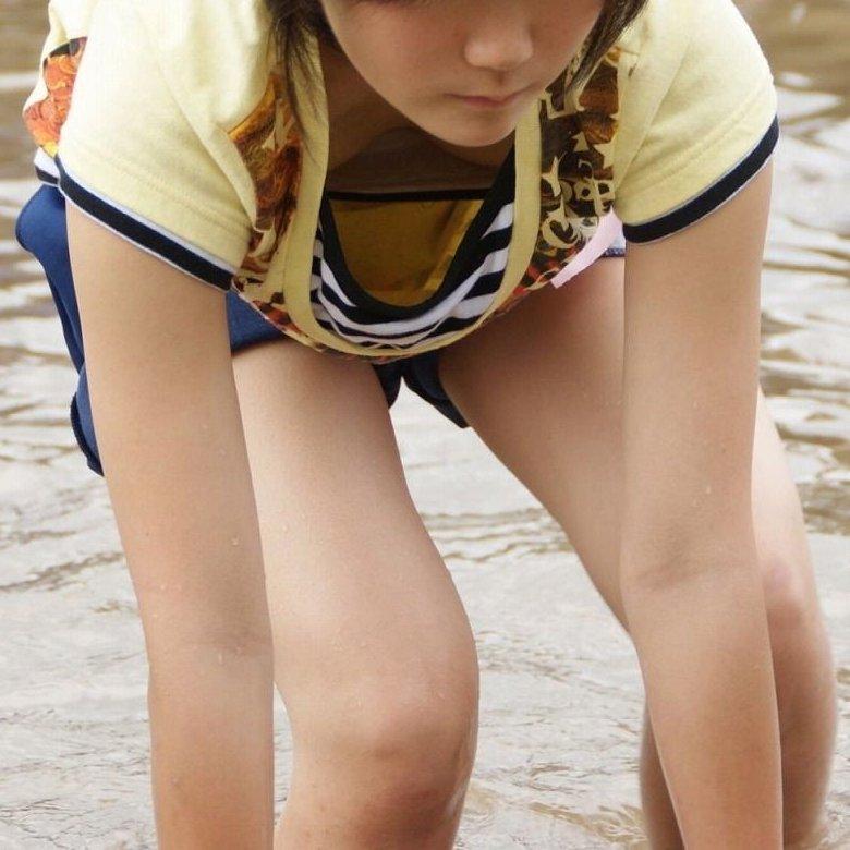 若い女の子の胸チラ (1)