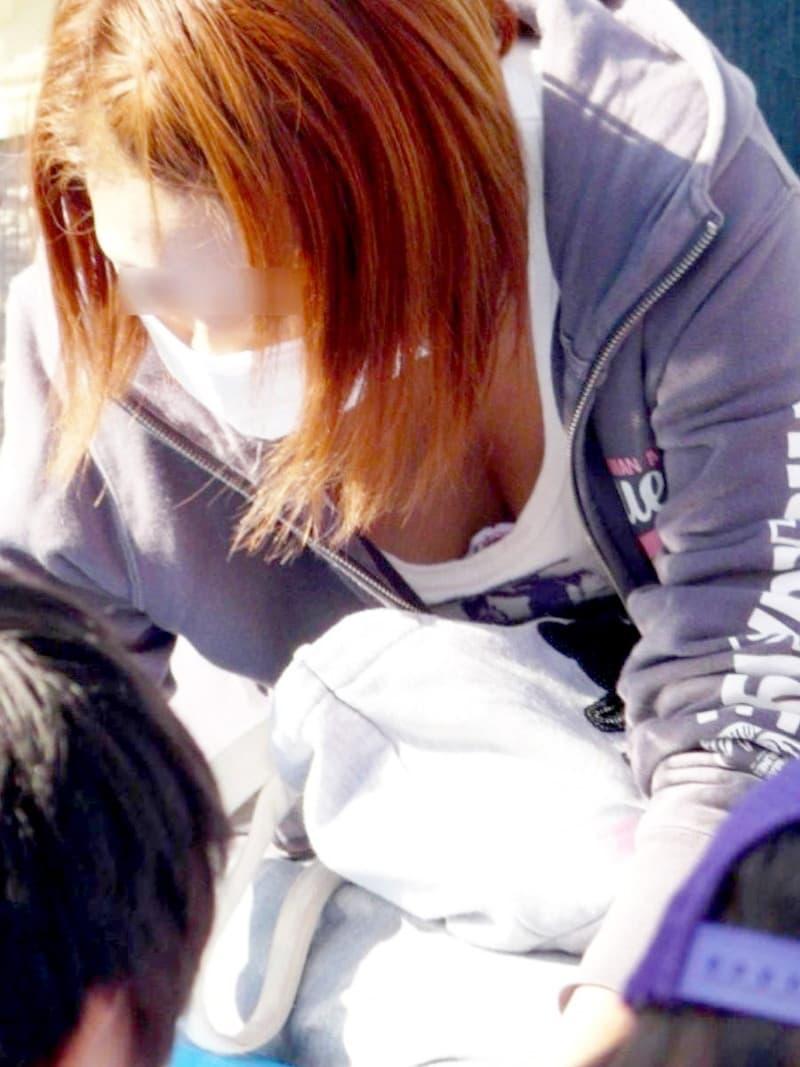 子連れ奥様たちの豪快な巨乳胸チラ (8)