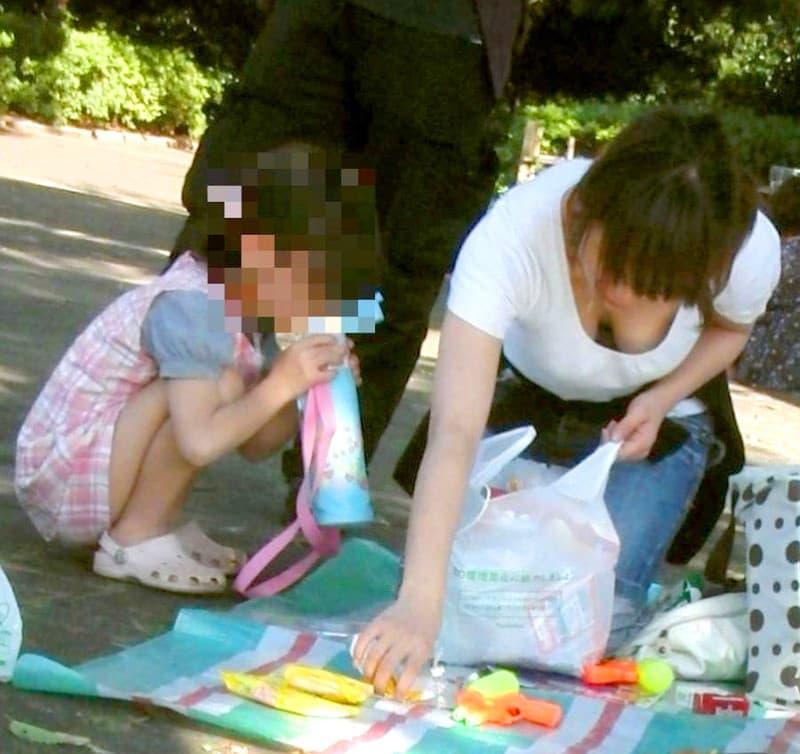 子連れ奥様たちの豪快な巨乳胸チラ (11)
