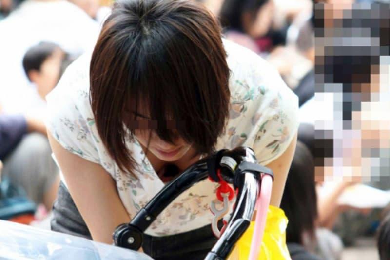 子連れ奥様たちの豪快な巨乳胸チラ (5)