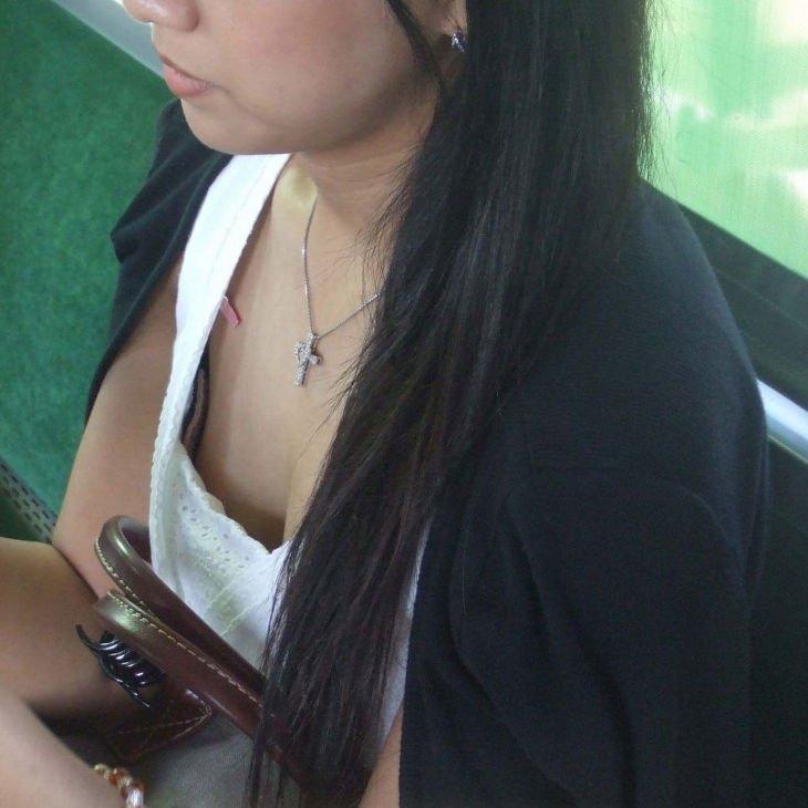 電車内で胸チラしてる素人女子 (1)