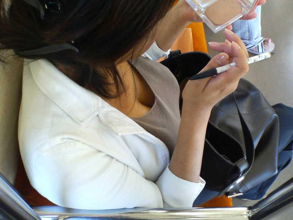 電車内で胸チラしてる素人女子 (16)
