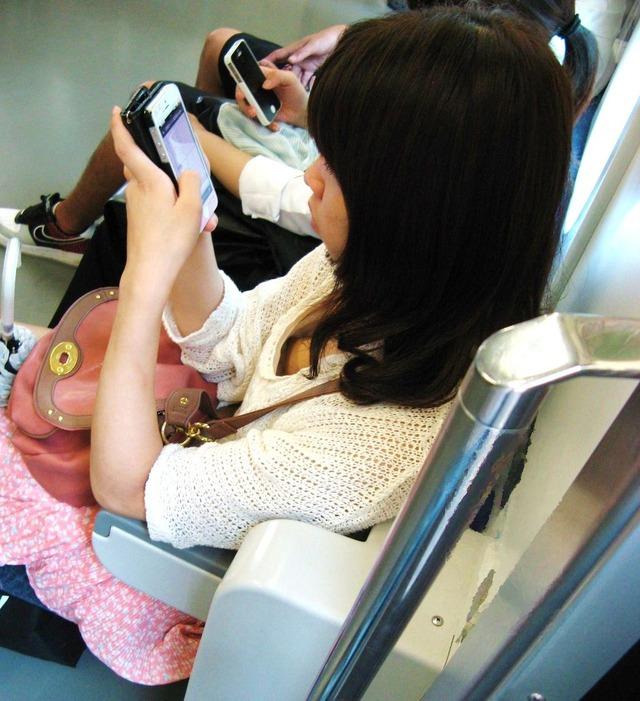 電車内で胸チラしてる素人女子 (17)