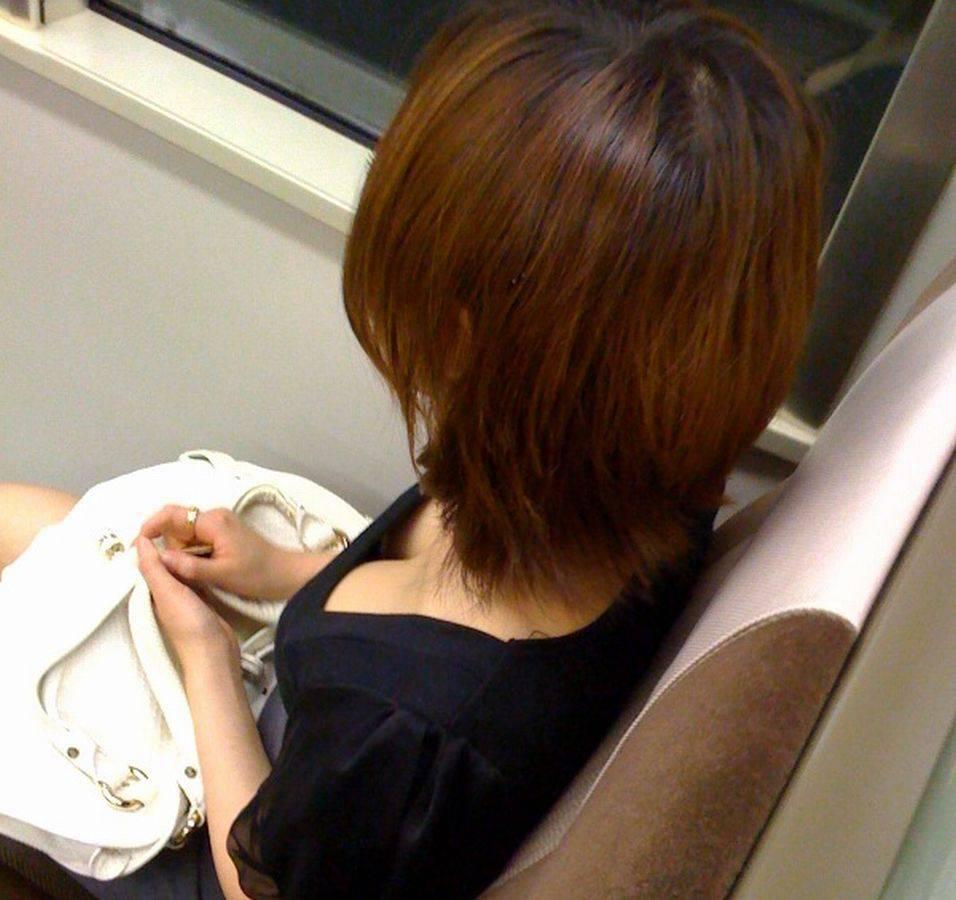電車内で胸チラしてる素人女子 (5)