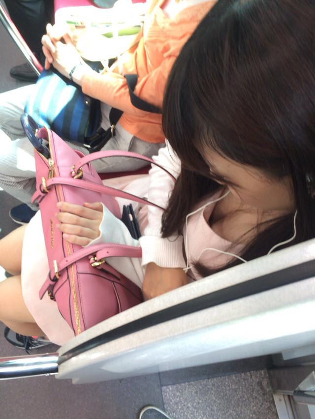 電車内で胸チラしてる素人女子 (19)