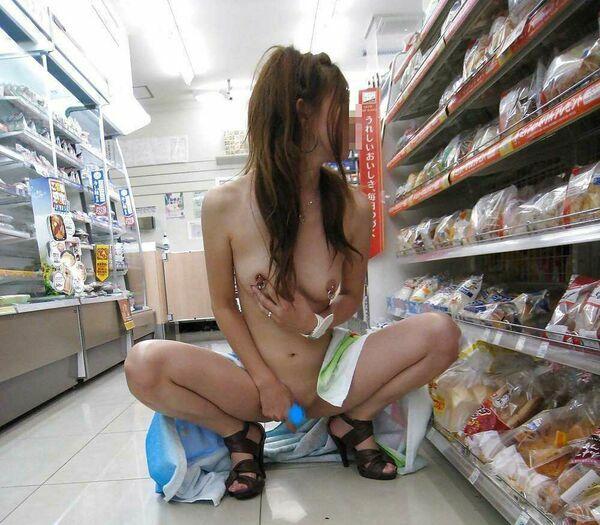 店内露出を楽しむ素っ裸の素人さん (10)