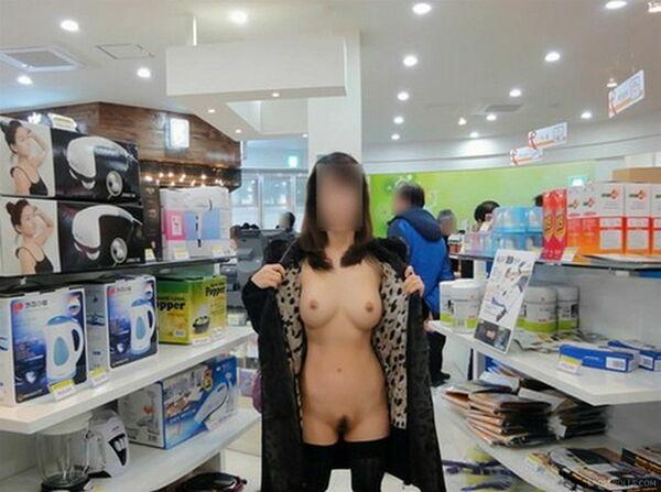店内露出を楽しむ素っ裸の素人さん (16)