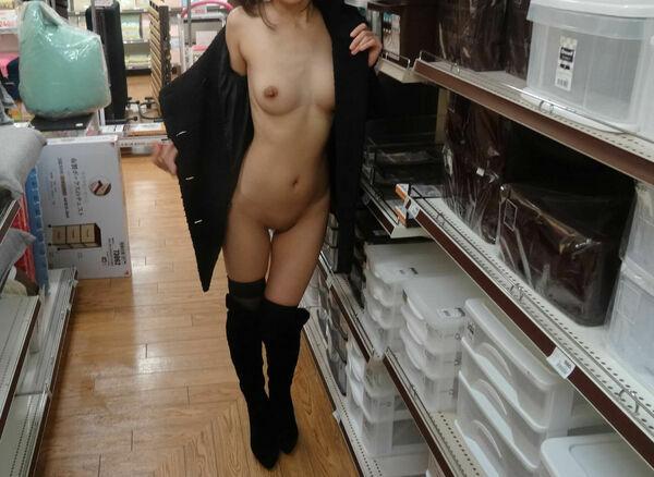 店内露出を楽しむ素っ裸の素人さん (13)