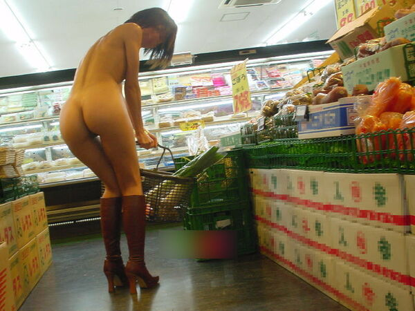 店内露出を楽しむ素っ裸の素人さん (15)