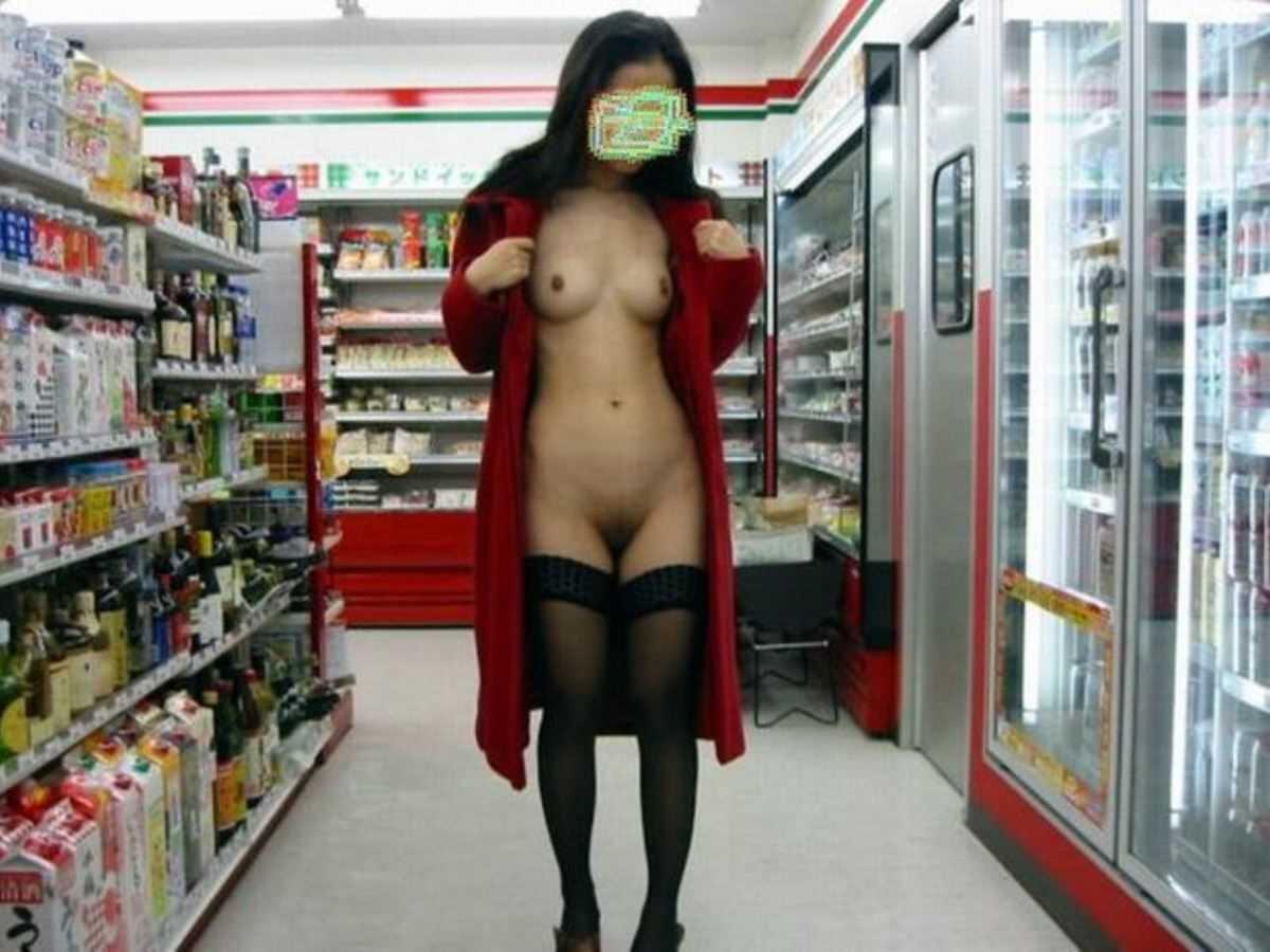 店内露出を楽しむ素っ裸の素人さん (2)