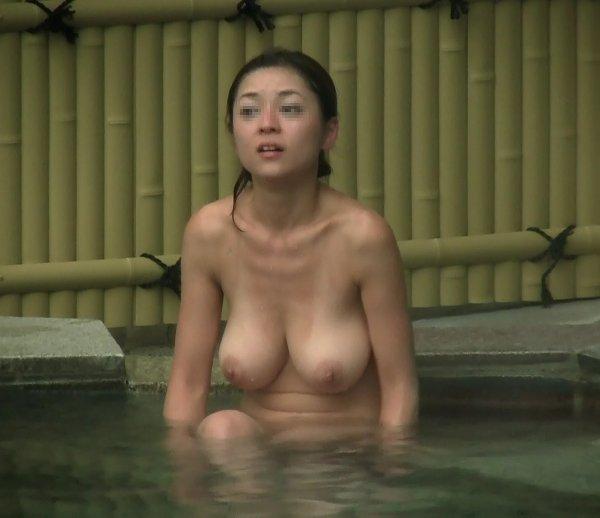 温泉に入浴中の巨乳女性 (13)