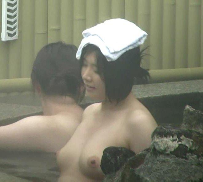 温泉に入浴中の巨乳女性 (3)