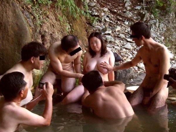 混浴なのか温泉に入浴中の男女 (18)