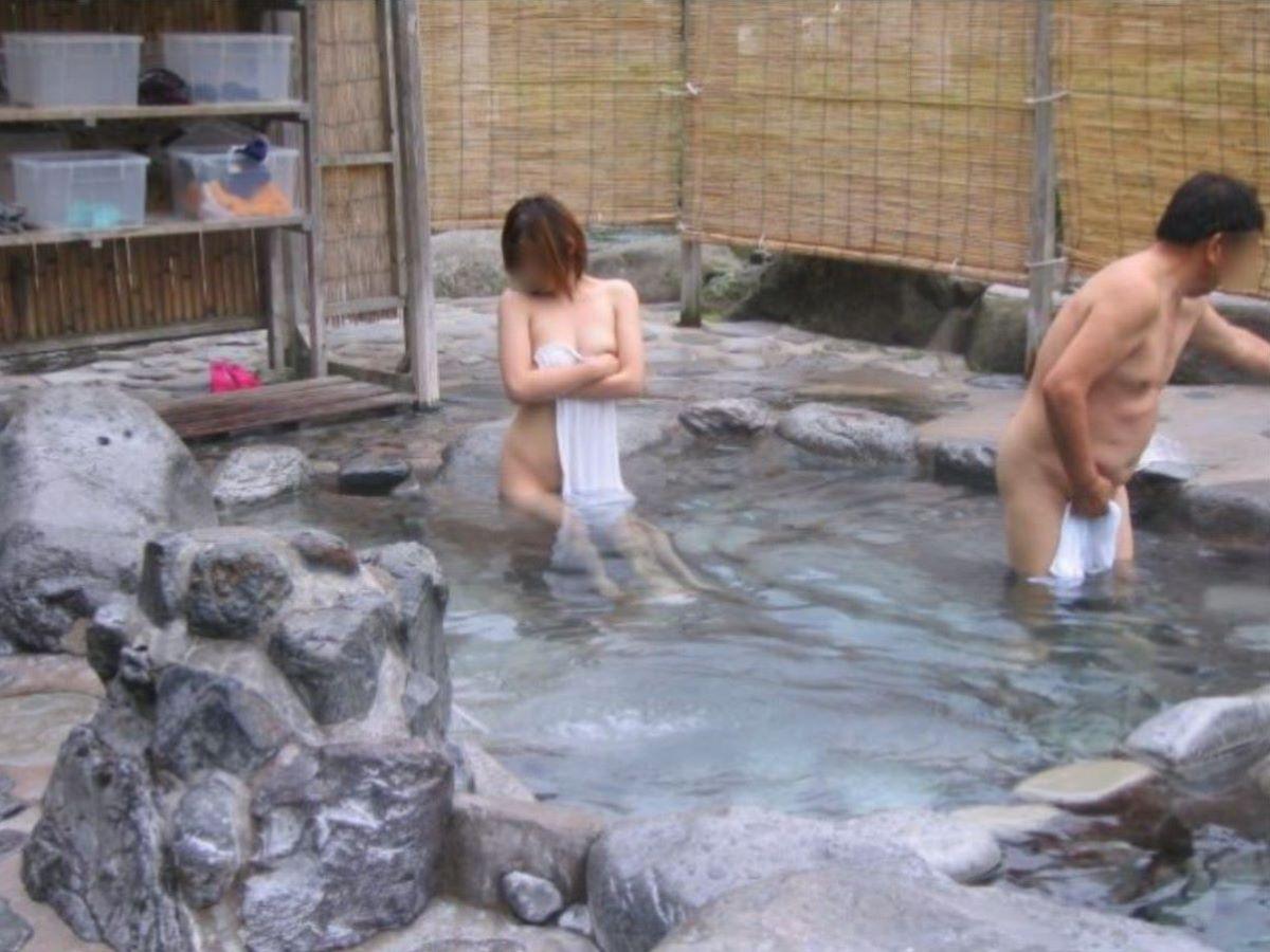 混浴なのか温泉に入浴中の男女 (13)
