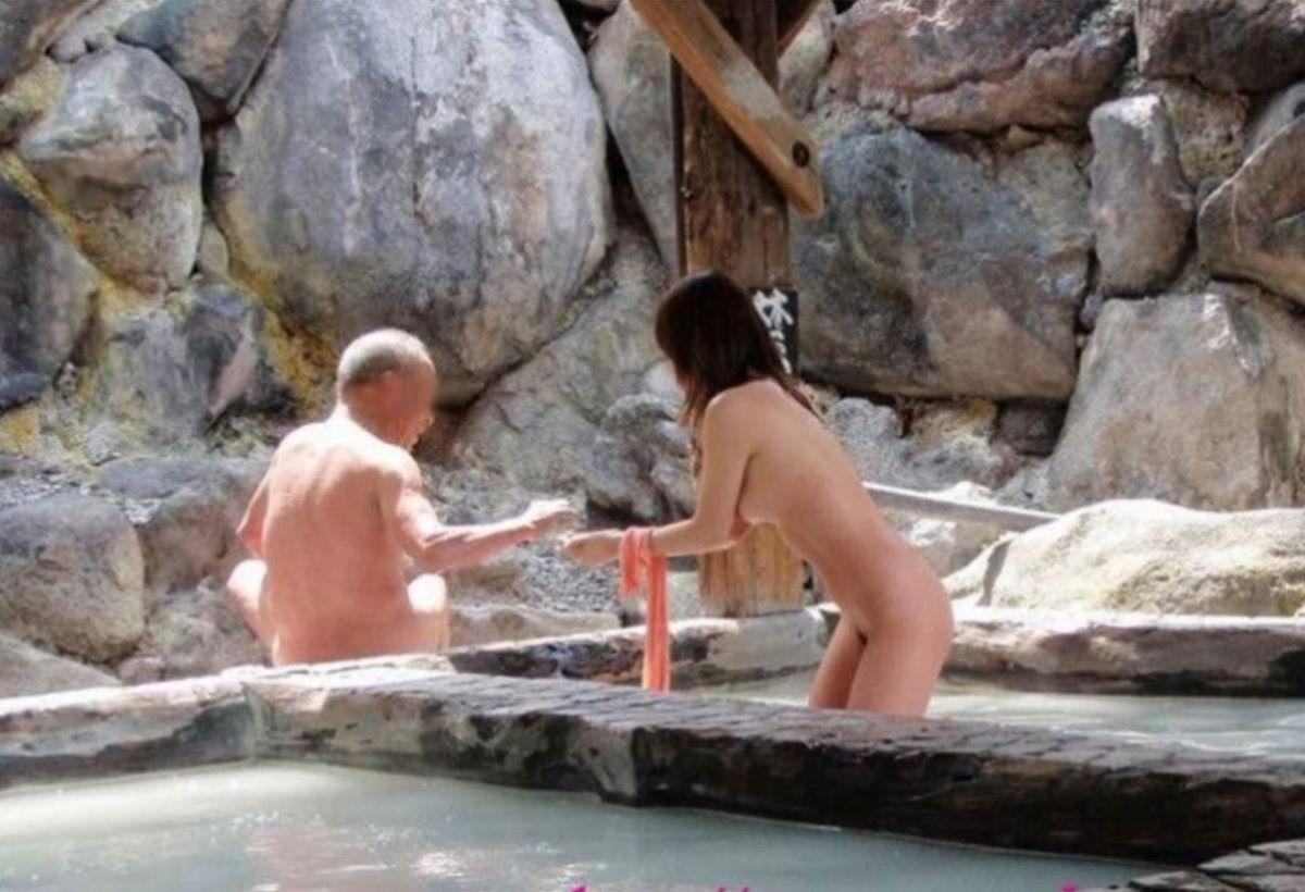 混浴なのか温泉に入浴中の男女 (11)