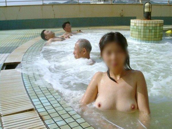 混浴なのか温泉に入浴中の男女 (10)