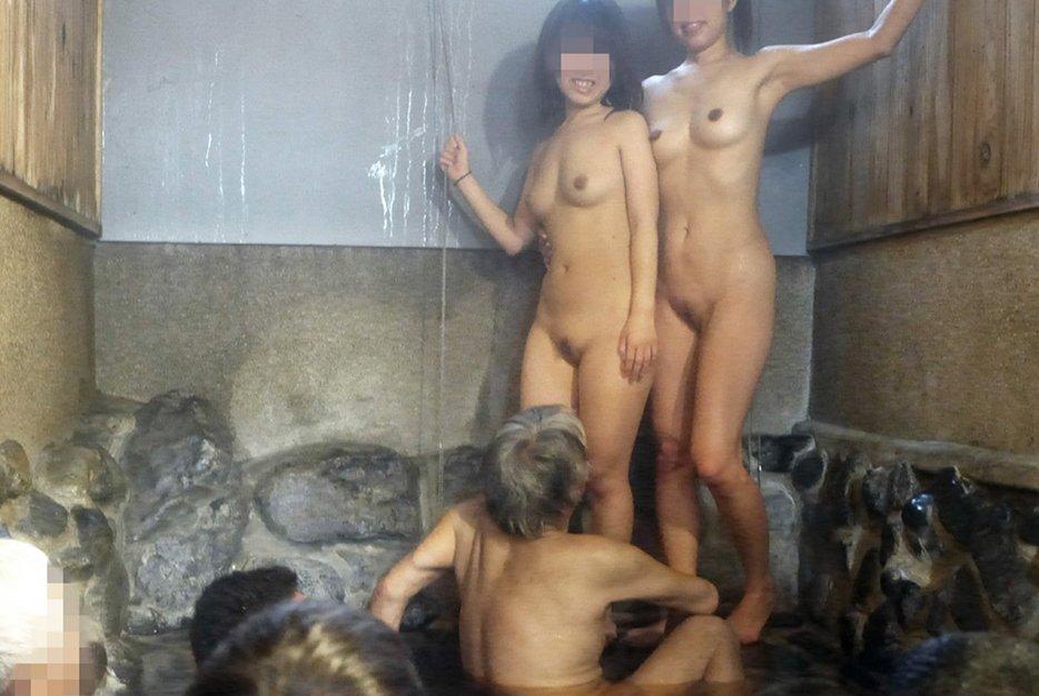 混浴なのか温泉に入浴中の男女 (3)