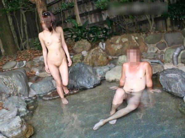 混浴なのか温泉に入浴中の男女 (17)