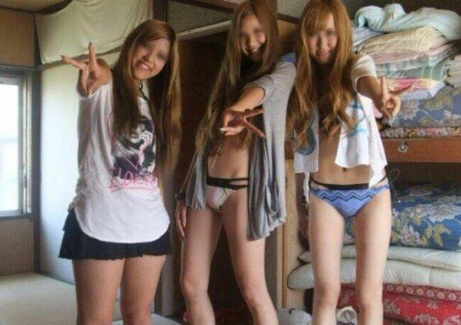 おふざけが過激で裸になる素人女子 (13)