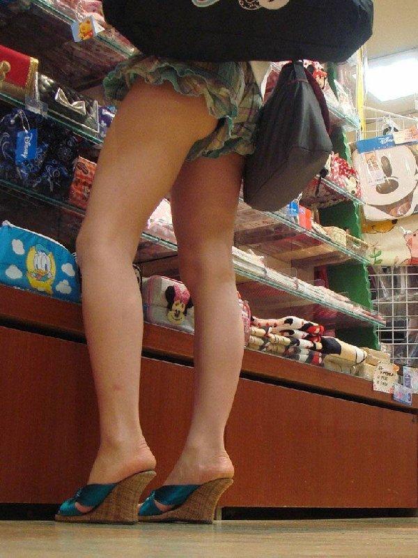 ホットパンツからパンチラしてる素人女性 (18)