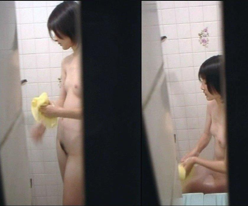 素っ裸で入浴中の素人女子 (19)