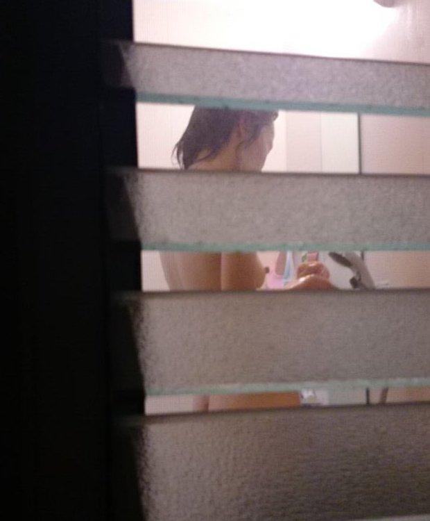 素っ裸で入浴中の素人女子 (12)