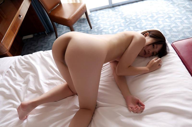 四つん這いで美尻を突き出す美女 (16)