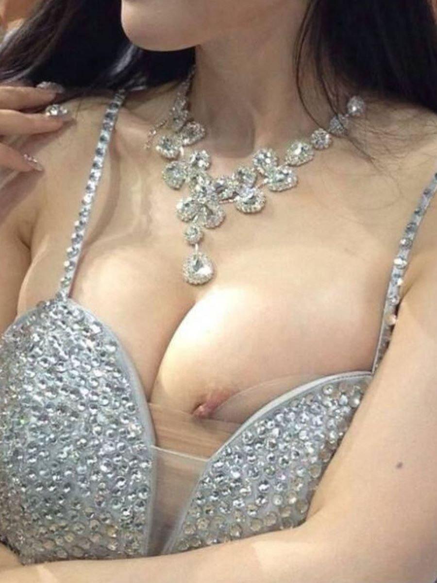 コンパニオンの衣装から乳首がチラ見え (3)