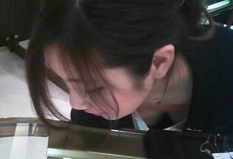 胸の谷間がチラ見えしてる素人女子 (9)