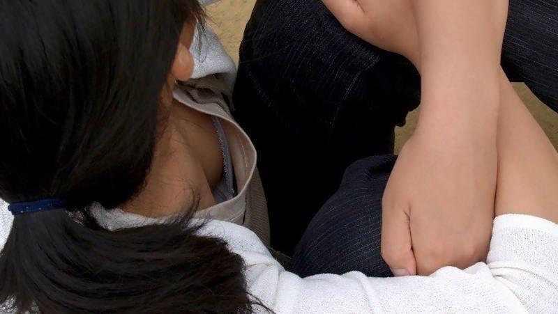 胸の谷間がチラ見えしてる素人女子 (18)