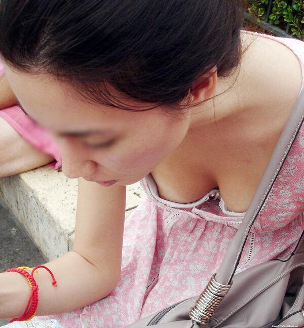 巨乳女性の珍しい乳首チラ (9)