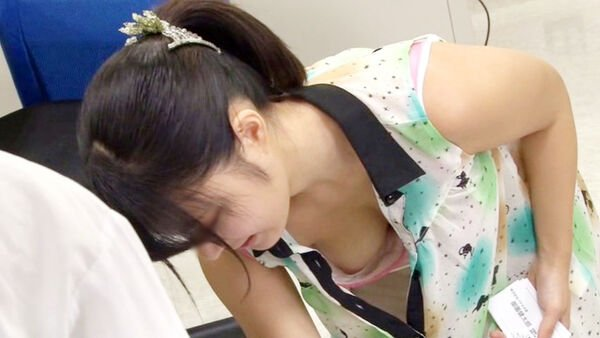 巨乳女性の珍しい乳首チラ (6)