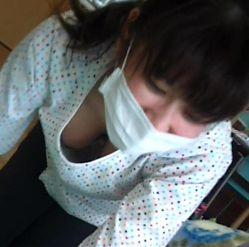 前屈みの姿勢で胸チラ (6)