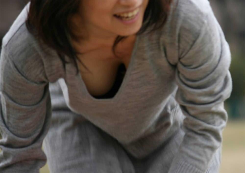 前屈みの姿勢で胸チラ (7)