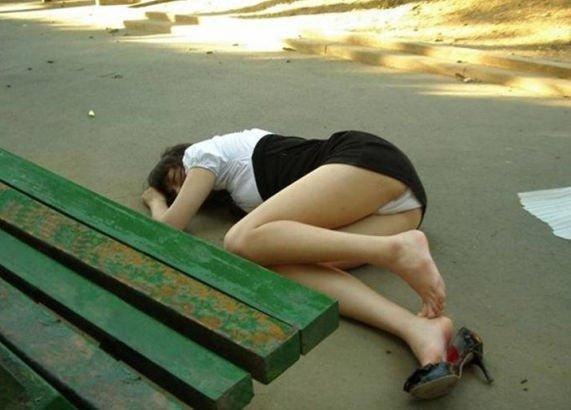 酔っ払って裸で熟睡してる素人女子 (13)